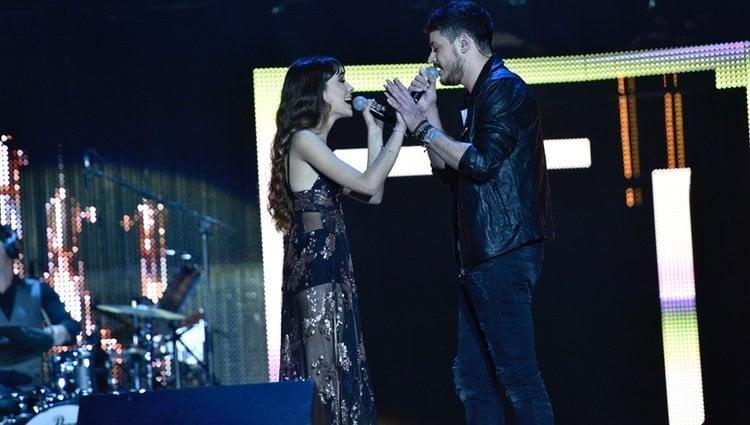 Aitana y Cepeda durante el primer concierto de la gira de 'OT 2017' en Barcelona