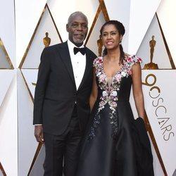 Danny Glover y Eliane Cavalleiro en la alfombra roja de los Premios Oscar 2018
