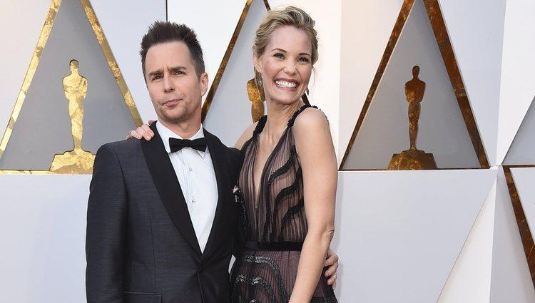Sam Rockwell y Leslie Bibb en la alfombra roja de los Premios Oscar 2018