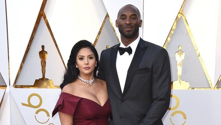 Kobe Bryant y Vanessa Laine Bryant en la alfombra roja de los Premios Oscar 2018