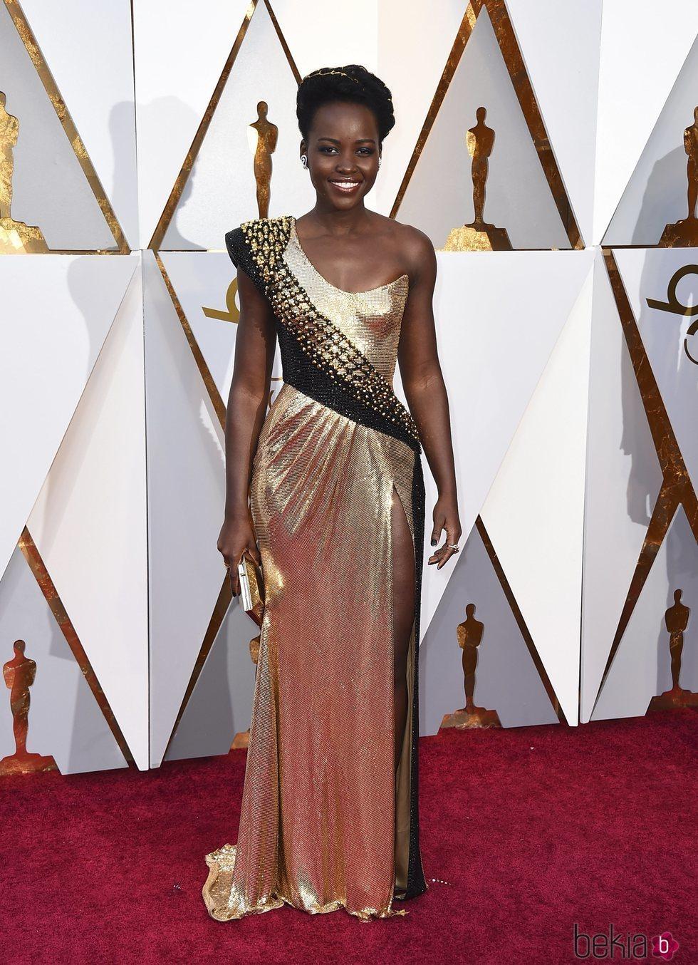 Lupita Nyong'o en la alfombra roja de los Premios Oscar 2018