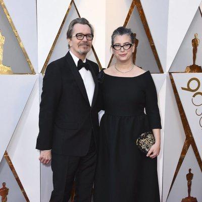 Gary Oldman y Gisele Schmidt en la alfombra roja de los Premios Oscar 2018