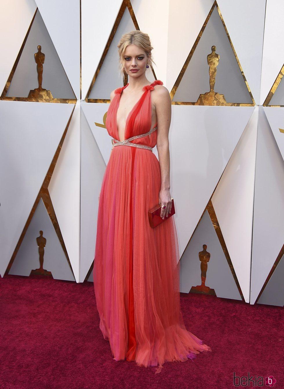Samara Weaving en la alfombra roja de los Premios Oscar 2018