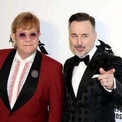 Elton John y David Furnish antes de la fiesta de la Fundación Elton John tras los Oscar 2018