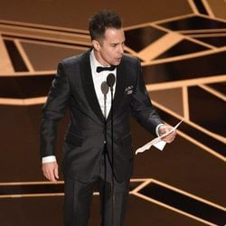 Sam Rockwell recibiendo su Oscar 2018 a mejor actor secundario