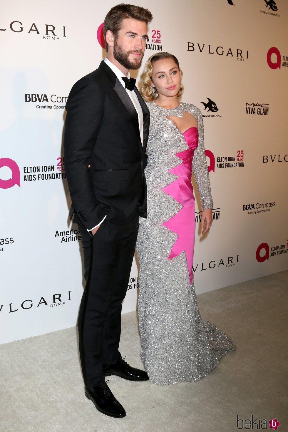 Liam Hemsworth y Miley Cyrus en la fiesta de la Fundación Elton John tras los Oscar 2018