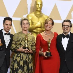Sam Rockwell, Frances McDormand, Allison Janney y Gary Oldman posan con su Oscar 2018