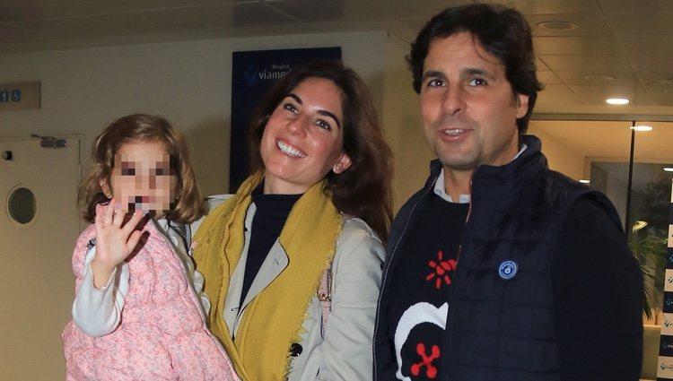 Fran Rivera y Lourdes Montes con su hija Carmen en el hospital visitando a Eva González
