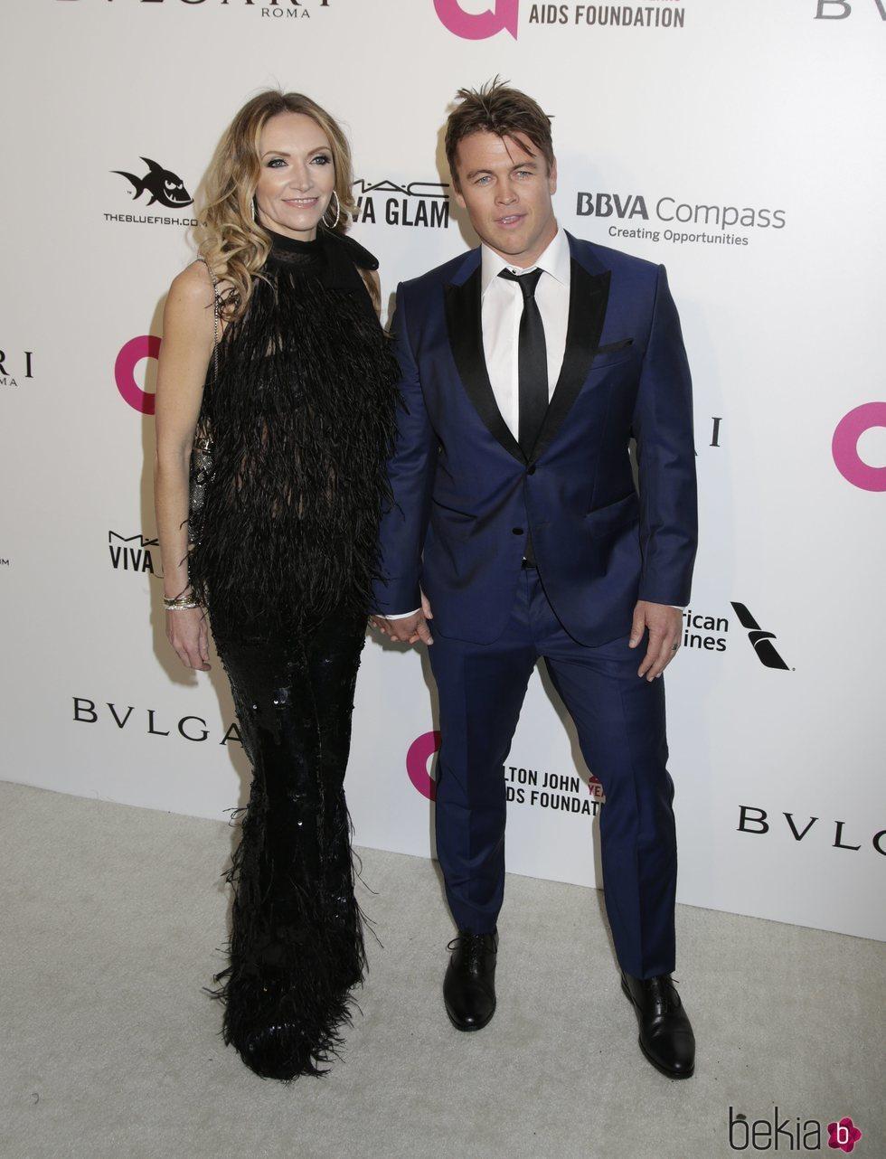 Luke Hemsworth y Samantha Hemsworth en la fiesta de la Fundación Elton John tras los Oscar 2018