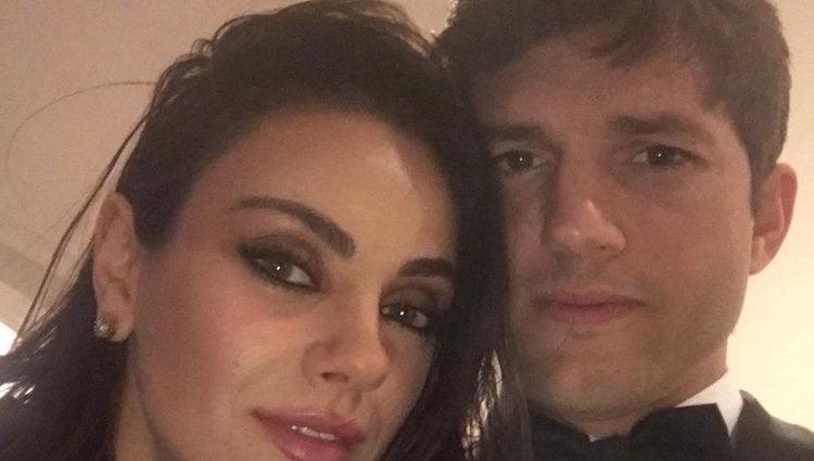 Ashton Kutcher junto a Mila Kunis en la noche de los premios Oscar