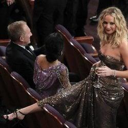 Jennifer Lawrence con copa de vino en los Óscars 2018