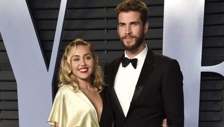 Miley Cyrus y Liam Hemsworth en la fiesta Vanity Fair tras los Oscar 2018
