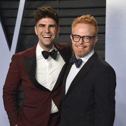 Jesse Tyler Ferguson y Justin Mikita en la fiesta Vanity Fair tras los Oscar 2018