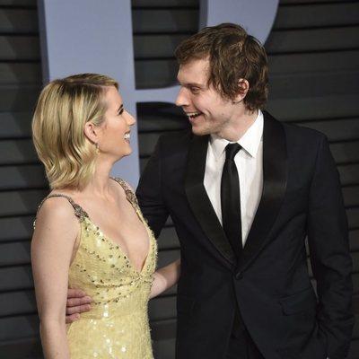 Emma Roberts y Evan Peters en la fiesta Vanity Fair tras los Oscar 2018