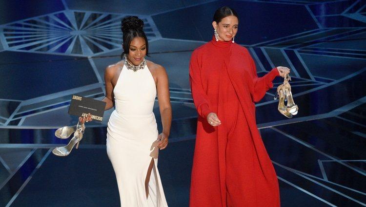 Tiffany Haddish y Maya Rudolph presentando los Premios Oscars 2018