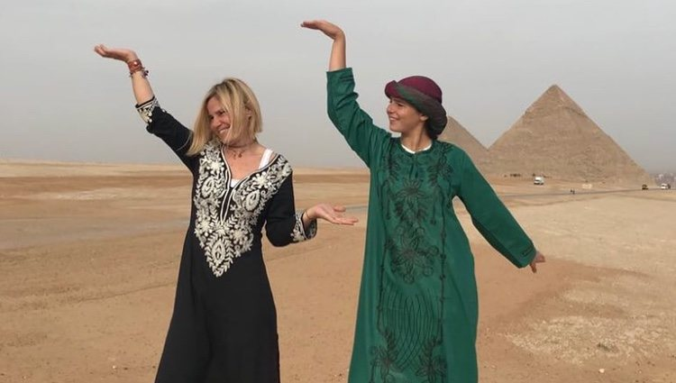 Eugenia Martínez de Irujo con su hija Cayetana Rivera en las pirámides de Egipto