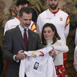 Los Reyes Felipe y Letizia reciben una camiseta en la audiencia al equipo español participante en los Juegos  Olímpicos de PyeongChang 2018