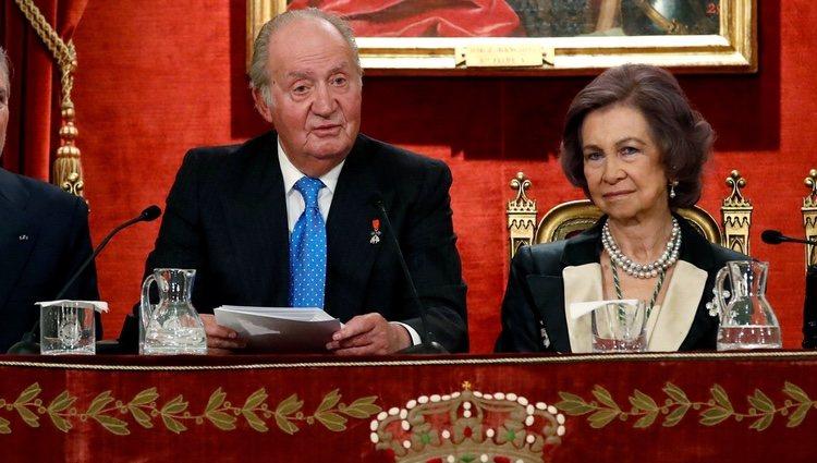 El Rey Juan Carlos da un discurso junto a la Reina Sofia en el acto académico que celebró su 80 cumpleaños