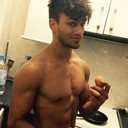 Sergio Carvajal cocinando con el torso desnudo