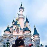 Sergio Carvajal y su novia Natalia Garcia Timofeeva besándose en Disneyland