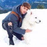 Sergio Carvajal con un perro en la nieve