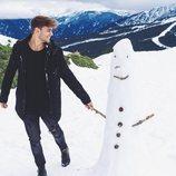 Sergio Carvajal con un muñeco de nieve