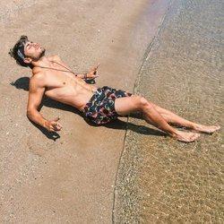 Sergio Carvajal presume de torso desnudo tomando el sol en la playa