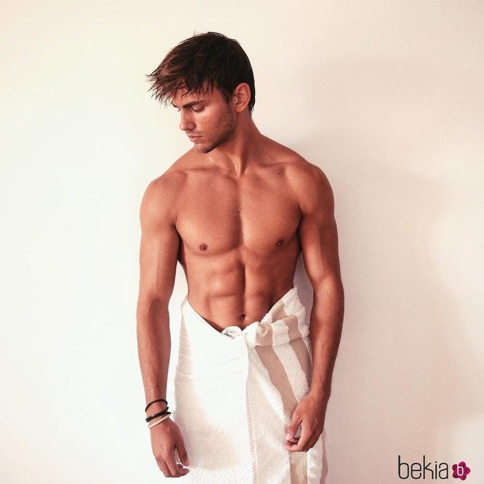 Sergio Carvajal desnudo aunque tapado con una toalla