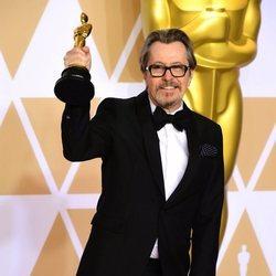 Gary Oldman tras ganar el Oscar a Mejor Actor en la Gala de los Oscar 2018