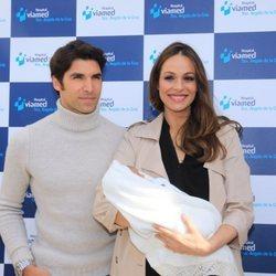 Eva González y Cayetano Rivera presentan a su primer hijo Cayetano