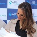 Eva González mirando con ternura a su hijo Cayetano