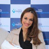 Eva González, muy feliz con su bebé en brazos