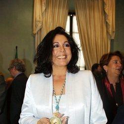Isabel Pantoja con la Medalla de Oro de la Junta de Andalucía (2001)