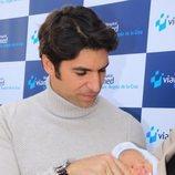 Cayetano Rivera acariciando a su hijo recién nacido
