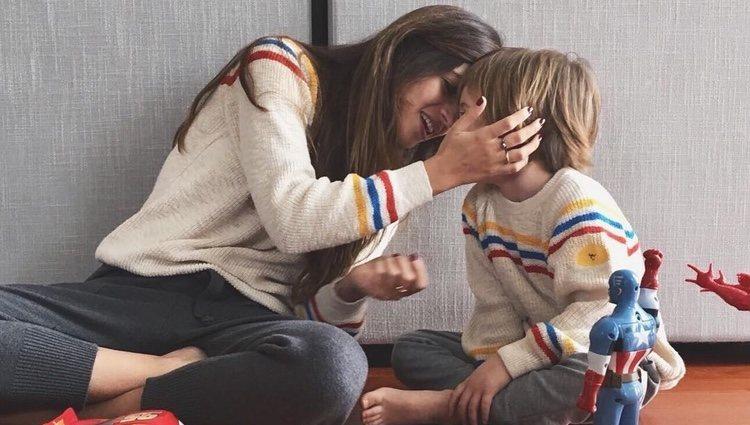 Sara Carbonero jugando con su hijo Lucas
