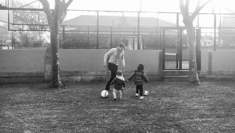 Iker Casillas jugando con sus dos hijos Lucas y Martín