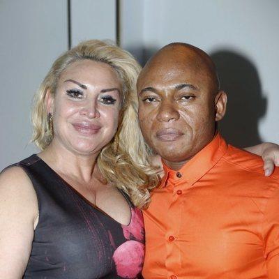Raquel Mosquera y su pareja Isi durante la inauguración de su nuevo bar en Madrid