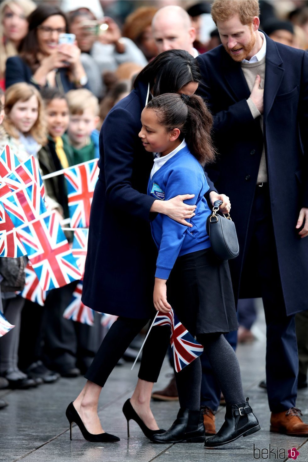 Meghan Markle abraza a una niña en Birmingham