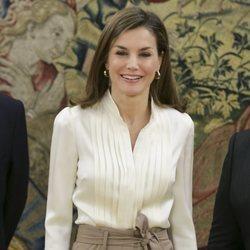 La Reina Letizia recibiendo a una representación de la Comisión de Unicef en España en el Palacio de la Zarzuela