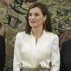 La Reina Letizia con las uñas moradas en una audiencia del Palacio de la Zarzuela