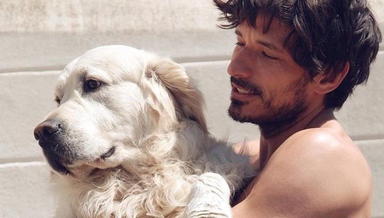 Andrés Velencoso con su perro Henry