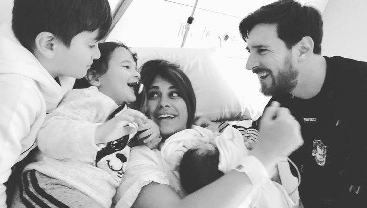 Leo Messi y Antonella Roccuzzo presentando a sus hijos Thiago y Mateo su hijo Ciro