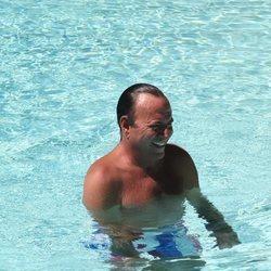 Julio Iglesias en la piscina durante sus vacaciones