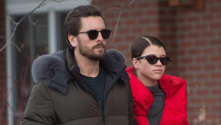 Scott Disick y Sofía Richie paseando en Aspen