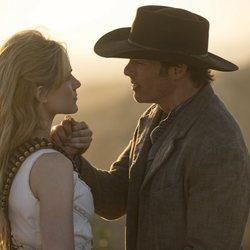 Evan Rachel Wood y James Marsden en un capítulo de la segunda temporada de 'Westworld'