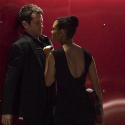 Rodrigo Santoro y Thandie Newton en un capítulo de la segunda temporada de 'Westworld'