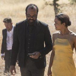 Jeffrey Wright y Tessa Thomspon en un capítulo de la segunda temporada de 'Westworld'