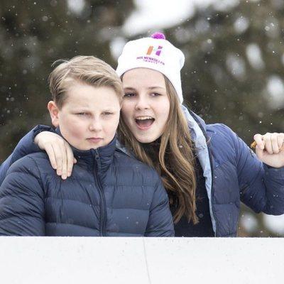 Sverre Magnus e Ingrid Alexandra de Noruega en el salto de esquí de Holmenkollen 2018