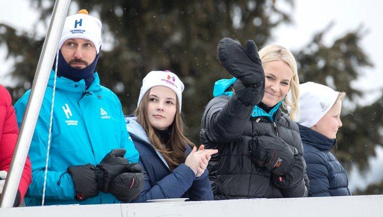 Haakon y Mette-Marit de Noruega con sus hijos Ingrid y Sverre en el salto de esquí de Holmenkollen 2018