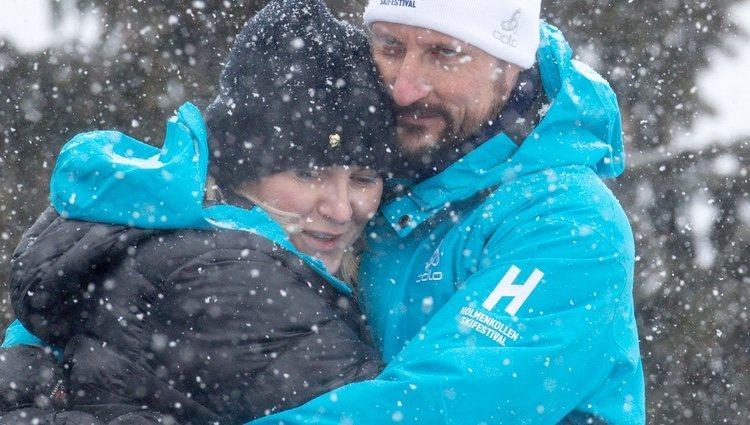 Haakon y Mette-Marit de Noruega se abrazan en el salto de esquí de Holmenkollen 2018